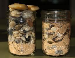 toples berisi batu dan pasir